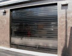 Cierre enrollable de aluminio lacado en negro brillo.   www.poyatoscazorla.net
