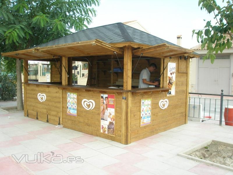 Foto kiosco de 500 x 350 techo fabricado a cuatro ca das for Fotos de kioscos de madera
