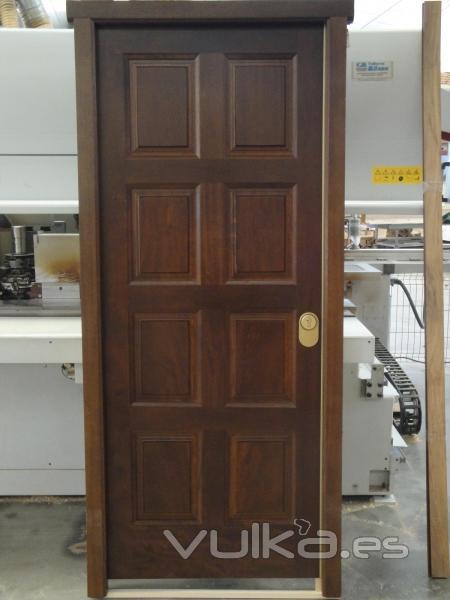 Foto puerta de exterior en madera de iroko for Puertas de iroko exterior