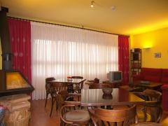 Acogedor salón de diseño con orginal chimenea francesa y gran ventanal con vistas a la sierra del serradero