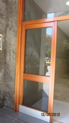 Otra vista de la puerta de entrada restaurada