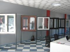 Expositores con diferentes series de ventanas