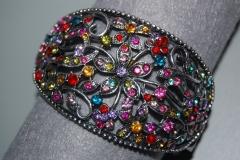 Elegante pulsera adornada con brillitos de todas las tonalidades.
