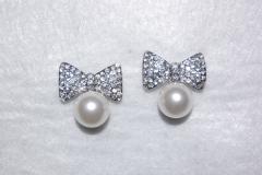Pendientes de novia, en forma de lazo cubierto de brillos y perla.