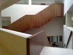 Forrado de Escalera en madera de nogal americano en obra Juzgados de Tudela (Navarra)