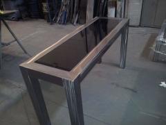 Mesa acero pulido y pintado con pintura termoendurecible trasparente y vidrio negro