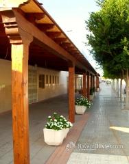 Pergola adosada  con cubierta en tablero fen�lico ranurado en blanco decape. by navarrolivier.com