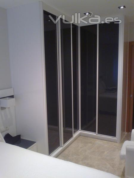 Foto armario lacado en blanco con 5 puertas correderas - Lacado de puertas en blanco ...