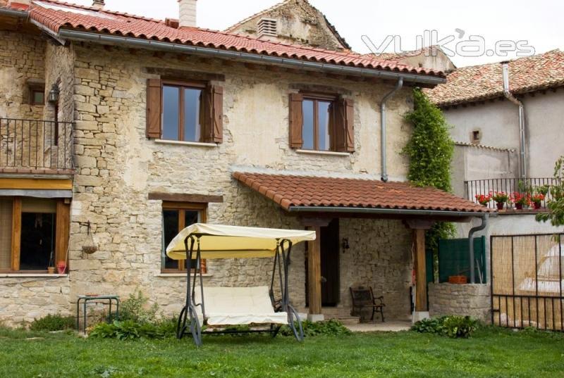 Foto jard n y porche casa rural martintxorena valle de go i for Jardines con encanto fotos