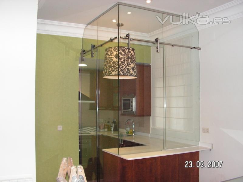 Foto cerramiento de cocina con vidrio transparente y - Cocinas con bloques de vidrio ...