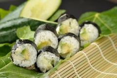 Maki de aguacate, pepino y mahonesa japonesa