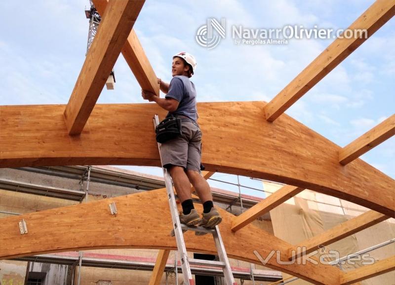 Foto montaje de correas de madera sobre cercha con for Montaje tejados de madera