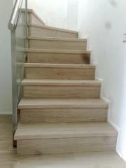 Escalera forrada con laminado integrandola en el resto de la vivienda