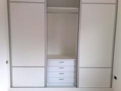 interior y frente de armario blanco con perfileria en aluminio