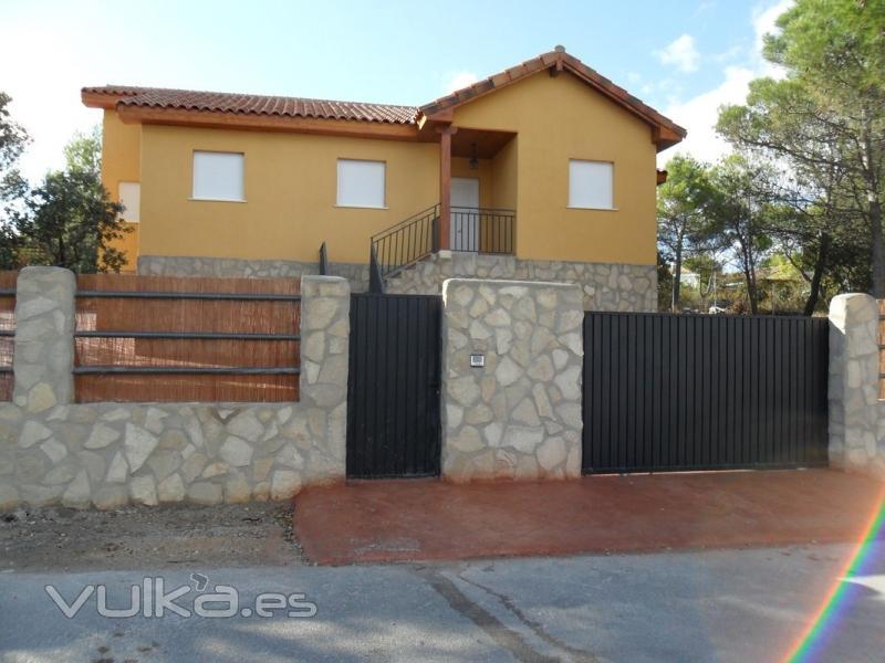Foto casa de madera recubierta y aislada en piedra - Casas de piedra y madera ...