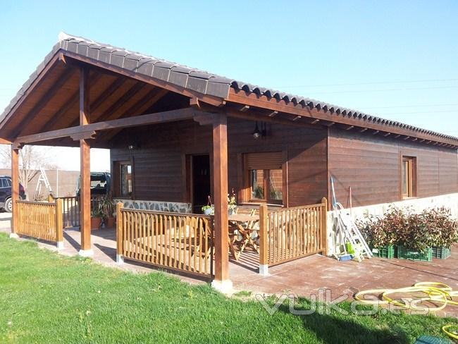 Foto casa de madera con porche for Imagenes de porches de casas