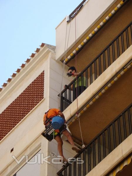 Trabajo verticales para reparación de fachadas