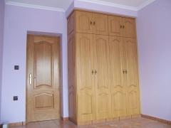 Armario ropero cl�sico con puertas en rechapado de roble decoradas igual que las puertas de paso.