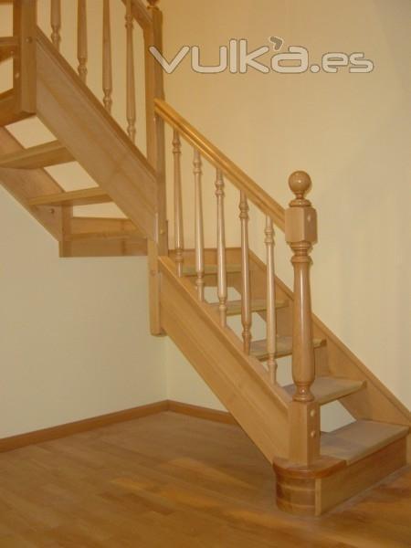 Foto escalera de madera - Escaleras de madera pintor ...