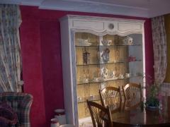 Mueble de pladur, fondo tapizado y paredes estucadas, color magenta