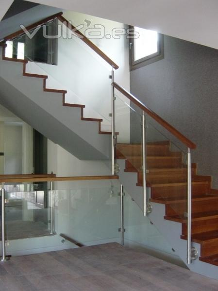 Foto barandilla acero inoxidable madera y cristal - Escaleras con barandilla de cristal ...