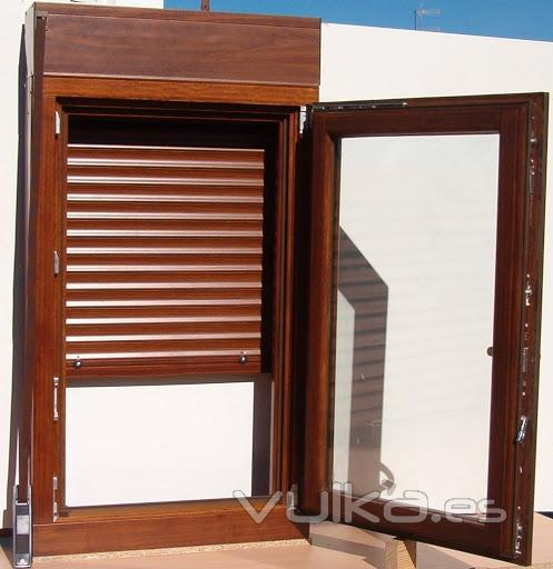Foto ventana aluminio color madera for Ventanas pvc color madera