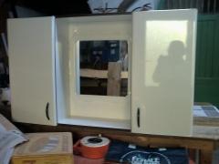 Mueble con espejo y dos puertas para ba�o