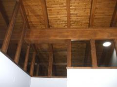 Vista interior de tejado de madera.