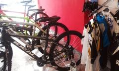 Bicicletas Ideal Bikes y ropa XLC en la imagen