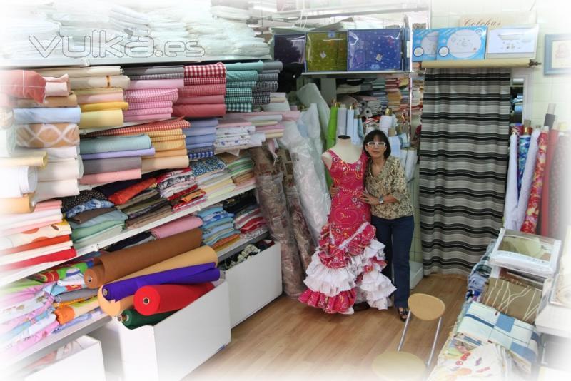 Foto conchi en su tienda rodeada de sus telas y con uno - Telas de flamenca online ...