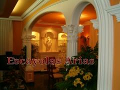 Arcos de escayola con columnas. Separaci�n de ambientes