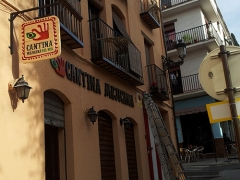 Banderola fresada en madera y lacada y textos corporeos lacados para fachada cantina mejicana