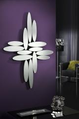 Espejo decorativo realizado por una composici�n de lunas biseladas con formas el�pticas.