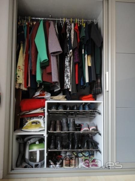 Foto interior de armario blanco con zapateros extraibles - Zapateros interior armario ...
