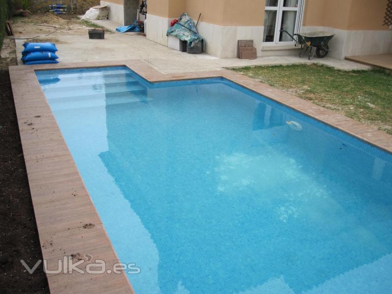 Foto piscina con escalera de obra - Escaleras de piscina ...