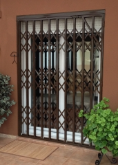 Cierre de seguridad o reja extensible de tijera (ballesta) lacada R.A.L 8014 (colocada en un patio)