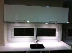 Fregadero bajo encimera en color igual que las puertas de la cocina