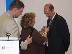 La  presidenta del colegio de gdos. scociales de madrid impone la insignia la merito profesional 2008