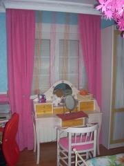 Dormitorio empapelado, con terminacion textil, estor y caidas a juego