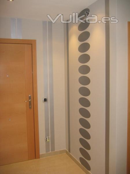 Empapelado de pasillo estilo moderno italiano for Pintar entrada piso