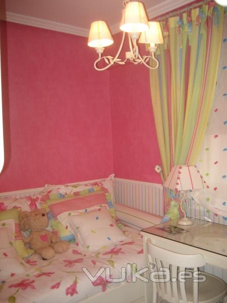 Foto empapelado de dormitorio infantil con zocalo a for Dormitorios empapelados y pintados