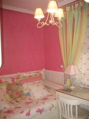Empapelado de dormitorio infantil, con zocalo a rayas y  acabado textil a juego, cortinas y colcha