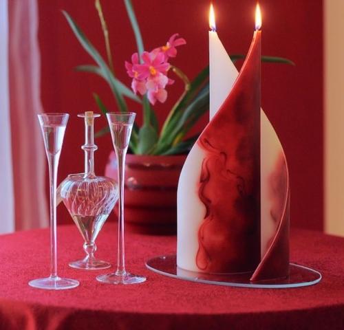 Vela decoración: dos velas en forma de velas de barco, con tres mechas cada una.