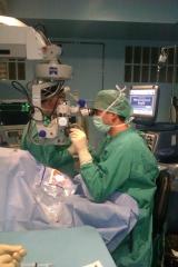 Dr. jerónimo asencio realizando cirugía ocular