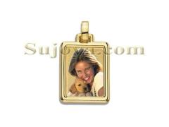 Colgante fotojoya color, placa estampada de forma rectangular, con bisel media ca�a, fabricado en oro ley de 18k.