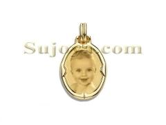Colgante fotojoya, placa estampada de forma ovalada, con bisel media ca�a, fabricado en oro ley de 18k.