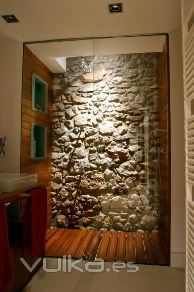 Foto ducha de ba o con pared de piedra y forrado en madera for Piedra para decorar paredes interiores