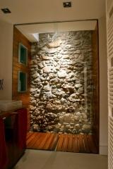 Ducha de ba�o con pared de piedra y forrado en madera