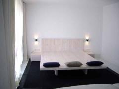 Mesa de madera en madera de pino te�ido blanco con cabezal incorporado