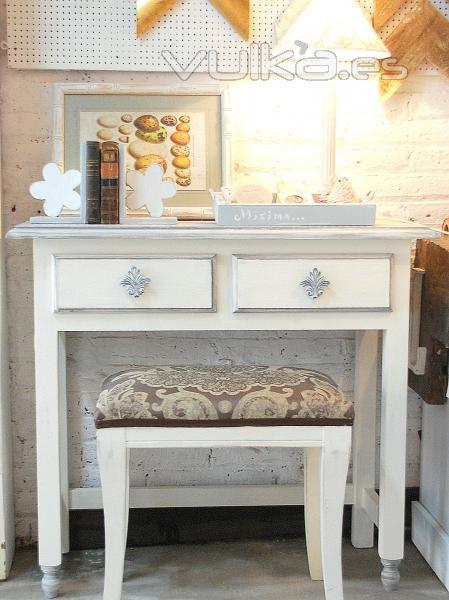 Foto peque o escritorio en decapado blanco y gris for Muebles gava